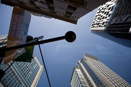 Überwachungskamera in Sydney zwischen Wolkenkratzern