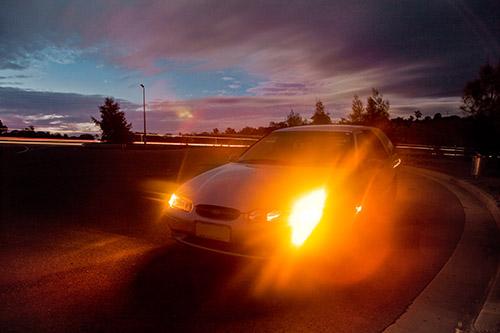 Auto Lichter in der Nacht