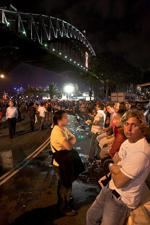 Menschen warten vor der Harbour Bridge auf das Feuerwerk