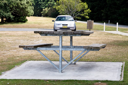 Kleines Auto auf einem Picknick-Tisch