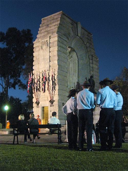 Uniformierte vor dem Heldendenkmal