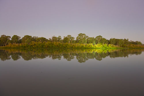 Spiegelnder See in Renmark. Der helle Fleck entsteht durch einen Scheinwerfer