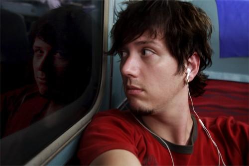 Ich höre Musik während der Fahrt, und blicke dabei in die Nacht.