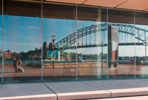 manniac in einem Spiegel an der Harbor Bridge in Sydney