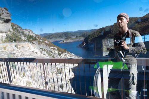 manniac in einem Spiegel am Gordon Dam in Tasmanien